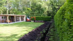 sleuf graven in tuin voor elektriciteit
