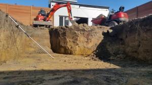 uitgraven zwembad met lazer en dumper